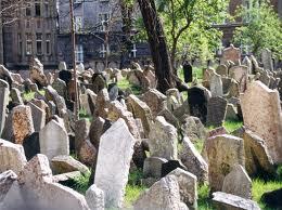 Acumulación de lápidas en un extremo del cementerio